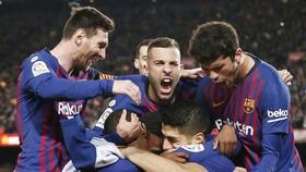 Barcelona - Atletico Madrid 2-0: Costa nhận thẻ đỏ, Suarez, Messi tiến gần cúp vô địch La Liia
