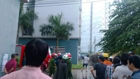 Cháy tầng 12 chung cư, dân chúng tháo chạy hoảng loạn