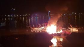 Tàu cá bốc cháy dữ dội giữa đêm khuya