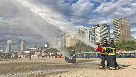 Hàng trăm người tham gia diễn tập ứng phó sự cố tràn dầu trên biển