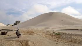 Một điểm khai thác titan của công ty cổ phân khoáng sản Quản Trị cát vun như núi.