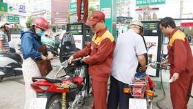 Giá xăng tăng 320 đồng/lít