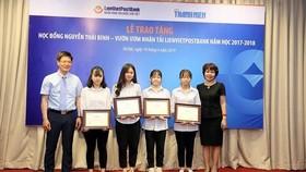 Đại diện LienVietPostBank và các học sinh, sinh viên nhận học bổng