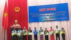 Ông Đồng Văn Thanh, Phó Chủ tịch thường trực UBND tỉnh Hậu Giang tặng bằng khen cho các đơn vị. Ảnh: HÀM LUÔNG
