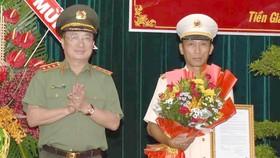 Thượng tướng Nguyễn Văn Thành chúc mừng Đại tá Nguyễn Văn Nhựt. Ảnh: HÀM LUÔNG