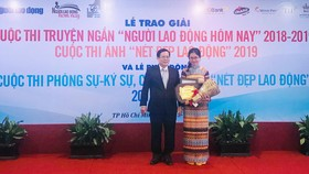 """Trịnh Thị Phương Trà, tác giả truyện ngắn Dưới ánh sáng thiên đường, nhận giải nhất cuộc thi truyện ngắn """"Người lao động hôm nay"""" 2018-2019"""
