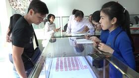 Vàng trong nước tiếp tục giữ mức 42 triệu đồng/lượng