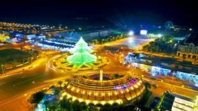 Cây thông hoành tráng ở khu đô thị Phú Cường phục vụ du khách dịp Noel