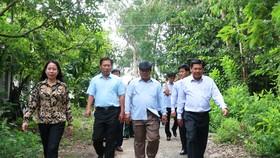Bà Võ Thị Ánh Xuân (bìa trái), Bí thư Tỉnh ủy An Giang đi kiểm tra tình hình phòng chống lũ năm 2019 ở vùng đầu nguồn An Phú vào ngày 17-9