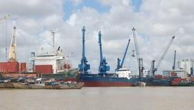 Tàu hàng cập cảng. Ảnh: QUỐC HÙNG