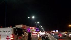Hiện trường vụ tai nạn khiến nam thanh niên tử vong trên cầu Sài Gòn. Ảnh: CHÍ THẠCH