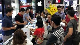 Khách hàng mua iPhone tại Minh Tuấn Mobile