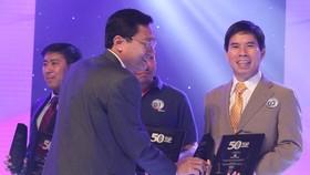Ông Nguyễn Đức Tài, chủ tịch HĐQT Thề giới di dộng nhận giải thưởng