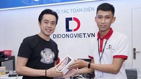Nhạc sĩ Dương Khắc Linh nhận iPhone mới tại Di động Việt