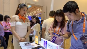 Người dùng trải nghiệm điện thoại của Xiaomi tại sự kiện