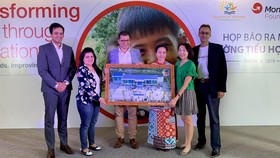 Ông Sheshagiri Malliah, Giám đốc khu vực tiểu lục địa Ấn Độ, Malaysia và Đông Dương, trao tặng trường Tiểu học Alua cho bà Lương Thị Hương, Giám đốc văn phòng Children of Vietnam