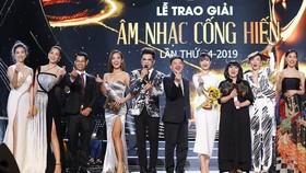 """""""Bùa yêu"""" giành cú đúp Giải Âm nhạc Cống hiến 2019"""