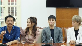 """Đoàn làm phim """"Về nhà đi con"""" nhận bằng khen của Bộ VH-TT-DL"""