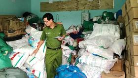"""Công an quận Bình Tân khám xét """"xưởng"""" sản xuất bột ngọt giả của bà Ong Thị Dung"""