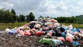 Lấy mẫu  kiểm tra chất thải nguy hại do xe tải đổ lén ở Bình Chánh