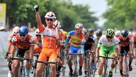 Pha ăn mừng chiến thắng của Nguyễn Văn Bình. Ảnh: NGUYỄN NHÂN