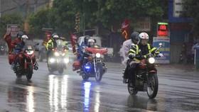 Mô tô dẫn đoàn trong mưa.