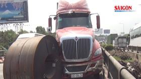 Cuộn sắt gần 20 tấn rơi khỏi xe đầu kéo tại vòng xoay An Lạc