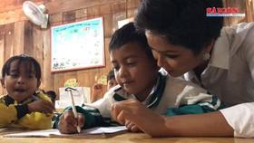 Hoa hậu Hoàn Vũ H'hen Niê thắp sáng con đường đến trường cho học sinh dân tộc thiểu số
