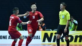 """Đức Tùng và Đức Hòa tiếp tục """"nổ súng"""" cho ĐT futsal Việt Nam. Ảnh: ANH TRẦN"""