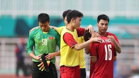 Các cầu thủ an ủi Minh Vương sau trận đấu. Ảnh: DŨNG PHƯƠNG