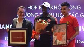 Ban tổ chức chương trình trao quà cho cựu danh thủ MU