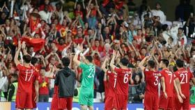 Các cầu thủ Việt Nam chào cám ơn người hâm mộ sau trận thắng Yemen 2-0. Ảnh: ANH KHOA