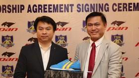 Ông Trần Anh Tú cùng đại diện PAN Sport giới thiệu giày thi đấu của cầu thủ Thái Sơn Nam sắp đến. Ảnh: DŨNG PHƯƠNG