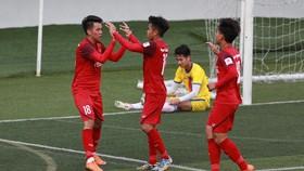 Các đồng đội chia vui với Minh Bình sau bàn gỡ 1-1. Ảnh: DŨNG PHƯƠNG