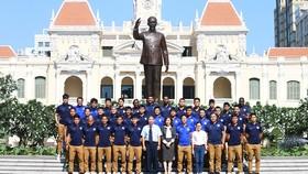 Tập thể CLB Sài Gòn trước tượng đài Chủ tịch Hồ Chí Minh. Ảnh: ANH TRẦN