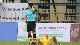 Trọng tài cho dừng trận đấu để kiểm tra chấn thương của Tuấn Tài. Ảnh MINH HOÀNG