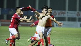 Niềm vui của đội Phố Hiến sau trận thắng Bình Phước. Ảnh: MINH HOÀNG
