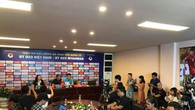 HLV Nguyễn Văn Đàn và thủ môn Tiến Dũng tại buổi họp. Ảnh: Minh Hoàng