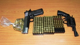 Bắt giữ 1 thuyền viên vận chuyển súng quân dụng và hàng trăm viên đạn