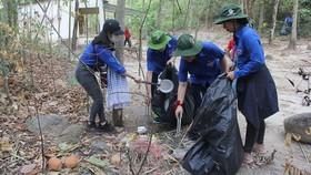 Nhóm bạn trẻ TPHCM dọn rác, làm sạch môi trường  tại núi Dinh (Bà Rịa - Vũng Tàu). Ảnh: VÕ THẮM