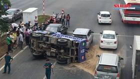 Mất lái, xe tải lật ngang, húc đuôi 2 ô tô trên đại lộ Phạm Văn Đồng