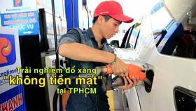 """Trải nghiệm đổ xăng """"không tiền mặt"""" tại TPHCM"""