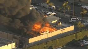 Cháy lớn trong trung tâm thương mại tại quận Cam