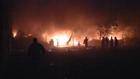 Xưởng vải cháy xuyên đêm, lan ra 13 nhà dân