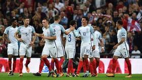 Các cầu thủ Anh mừng bàn quân bình tỷ số 1 - 1 của tiền vệ Eric Dier