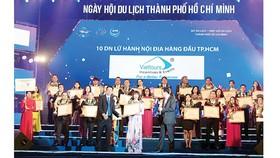 Đại diện Viettours nhận giải thưởng Tốp 10 doanh nghiệp lữ hành hàng đầu TPHCM