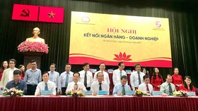 Đại diện các NHTM tại TPHCM ký kết bản ghi nhớ hỗ trợ tín dụng với các DN phát triển sản phẩm chủ lực tại TPHCM. Ảnh: HUY ANH