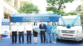 Ông Nguyễn Ngọc Khương-Phó Tổng Giám đốc Ford Việt Nam (thứ 3 từ trái qua) trao tặng xe Transit cho TT BTXH tỉnh Hải Dương
