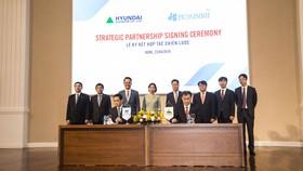 Ông Lê Viết Hải-Chủ tịch HĐQT, Tổng Giám đốc Công ty CP Tập đoàn Xây dựng Hòa Bình (Người thứ nhất hàng đầu bên trái) và lãnh đạo Hyundai Elevator Co., Ltd. Ký kết hợp tác.