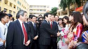 Chủ tịch nước Trương Tấn Sang trò chuyện với thầy cô và sinh viên Trường Đại học Khoa học Xã hội và nhân văn - Đại học Quốc gia Hà Nội dịp khai giảng năm học 2012 - 2013. Ảnh B.T